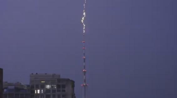 В Киеве молния попала в телевышку