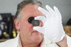 В Великобритании пенсионерка нашла в хламе монету за 100 тысяч фунтов