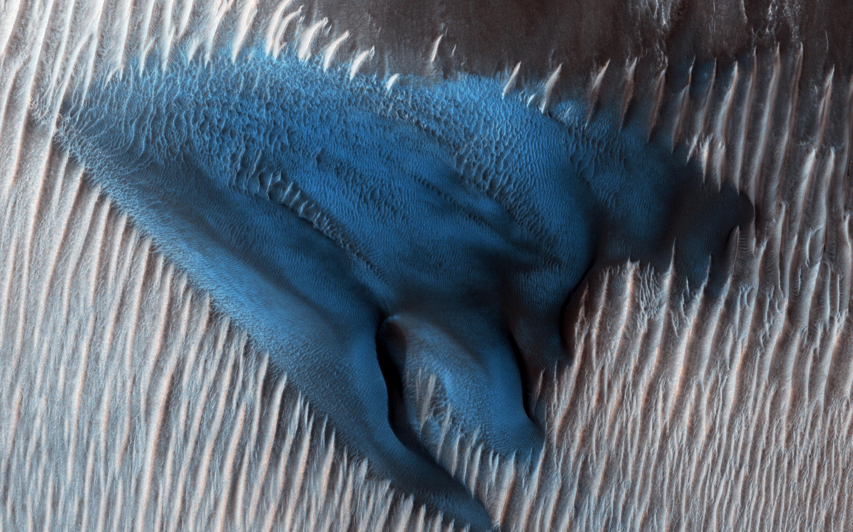 NASA показало марсианскую дюну необычного синего цвета