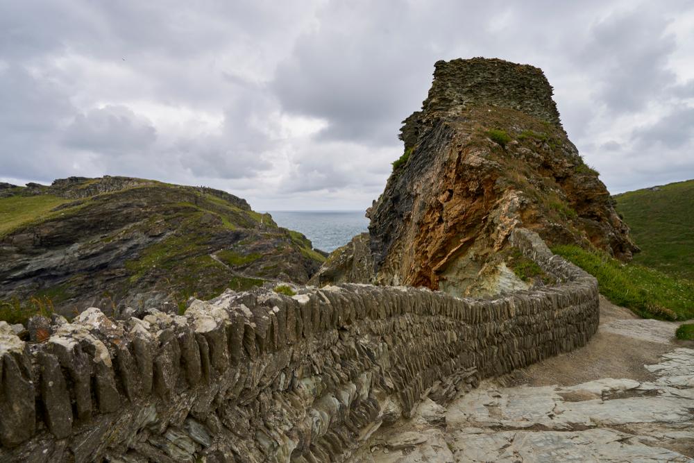 В «замке короля Артура» нашли камень с граффити на разных языках В «замке короля Артура» нашли камень с граффити на разных языках shutterstock 1075333481