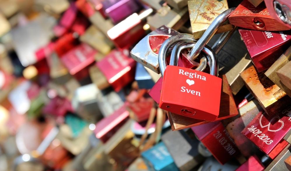 Кто придумал вешать замки любви на мостах?