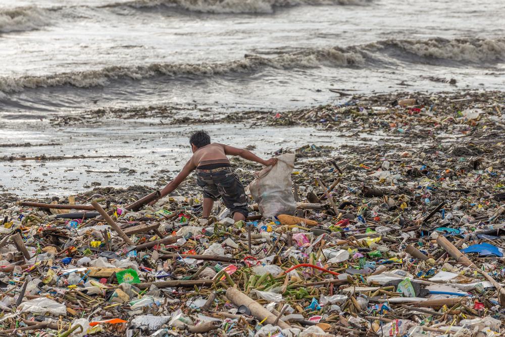 В Индии из пластиковых отходов строят дороги В Индии из пластиковых отходов строят дороги shutterstock 702230197