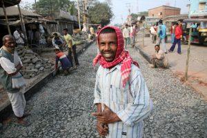 В Индии из пластиковых отходов строят дороги