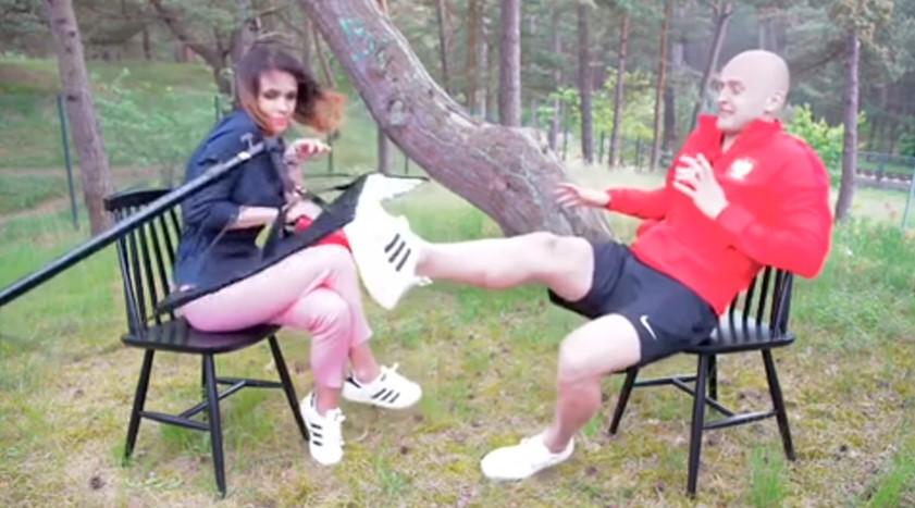 Польский футболист одной ногой спас девушку