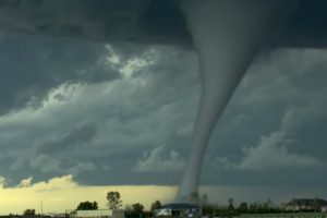 Торнадо от рождения и до смерти — видео