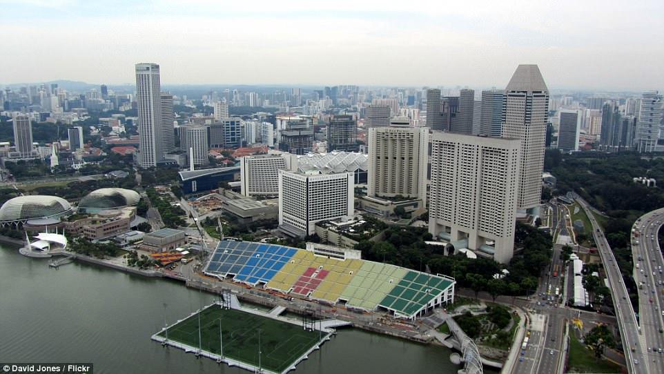 футбольные поля в мире От понтона до небоскреба: самые необычные футбольные поля в мире 4DF1C20700000578 0 image a 4 1530785808228