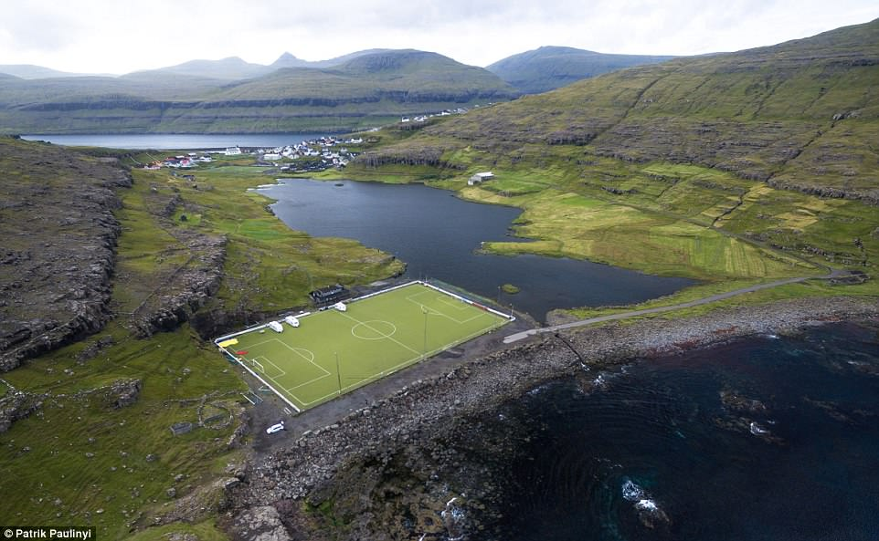 футбольные поля в мире От понтона до небоскреба: самые необычные футбольные поля в мире 4DF1E0D200000578 5920715 image a 36 1530786562201