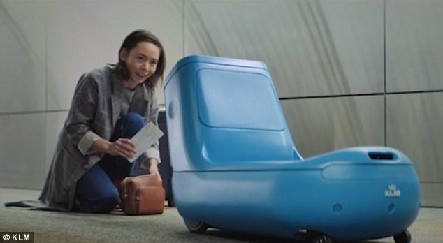 Сканирует билет, везет багаж, проводит в дьюти-фри: KLM разработала робота для аэропорта
