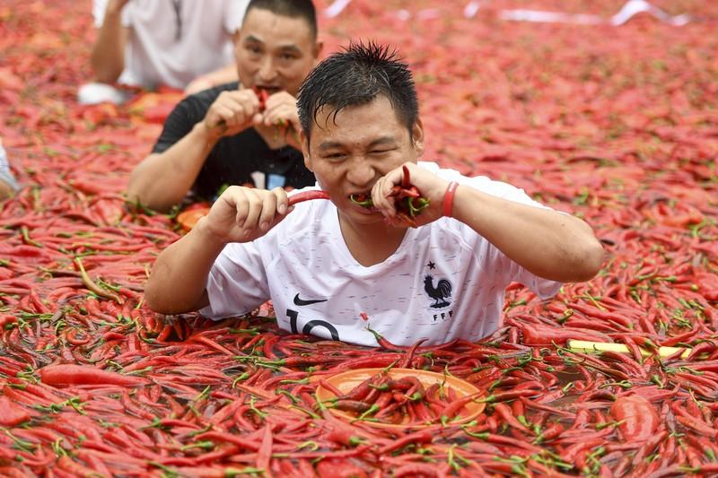 Конкурс – огонь! Китаец за минуту съел 50 острых перцев