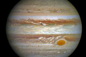 Спутники Юпитера рисуют узоры на полярном сиянии планеты