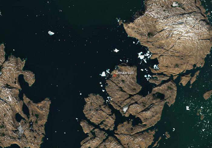 ESA показало из космоса айсберг, из-за которого эвакуировали деревню в Гренландии