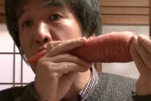 Японец играет музыкальные произведения на редиске и морковке