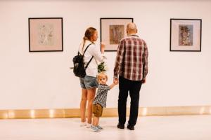 В киевском ЦУМе открылась выставка концептуальных панно на текстиле