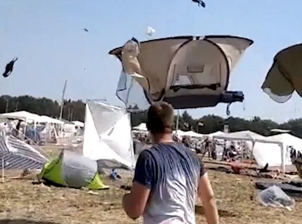 Палатки летали в воздухе на музыкальном фестивале в Германии
