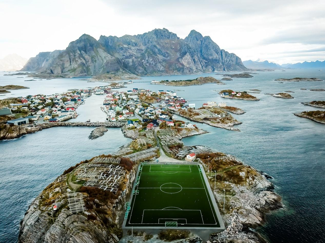 От понтона до небоскреба: самые необычные футбольные поля в мире