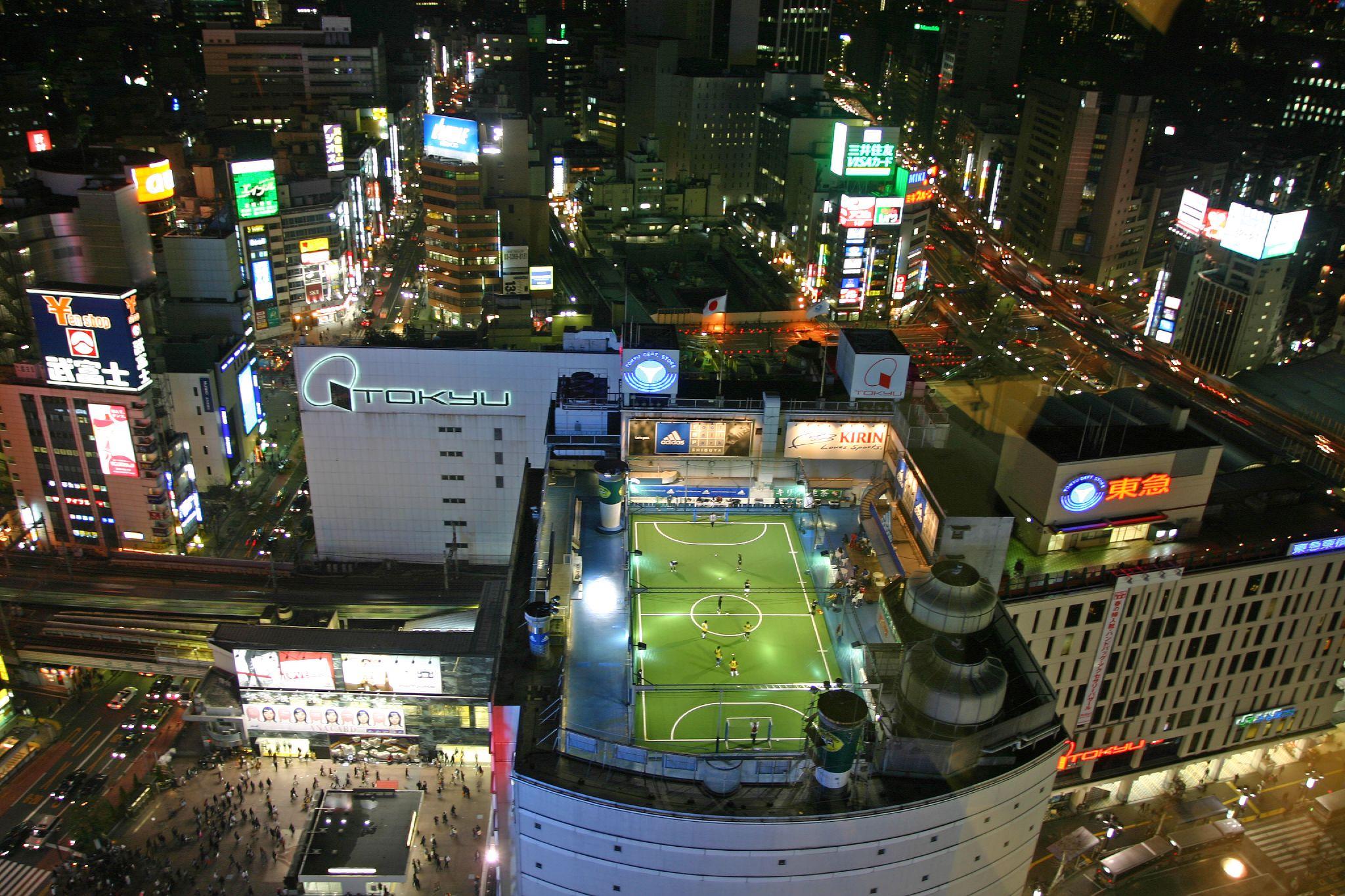 футбольные поля в мире От понтона до небоскреба: самые необычные футбольные поля в мире Tokyo rooftop football
