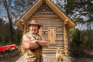 Канадец в одиночку построил дом орудиями предков