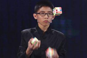 Подросток собрал три кубика Рубика, жонглируя ими (видео)