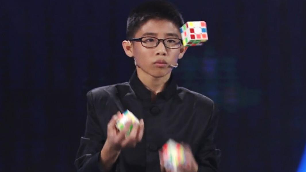 Подросток собрал три кубика Рубика, жонглируя ими (видео).Вокруг Света. Украина