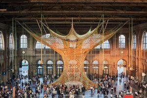 В Цюрихе на вокзале установили вязаное дерево для релакса