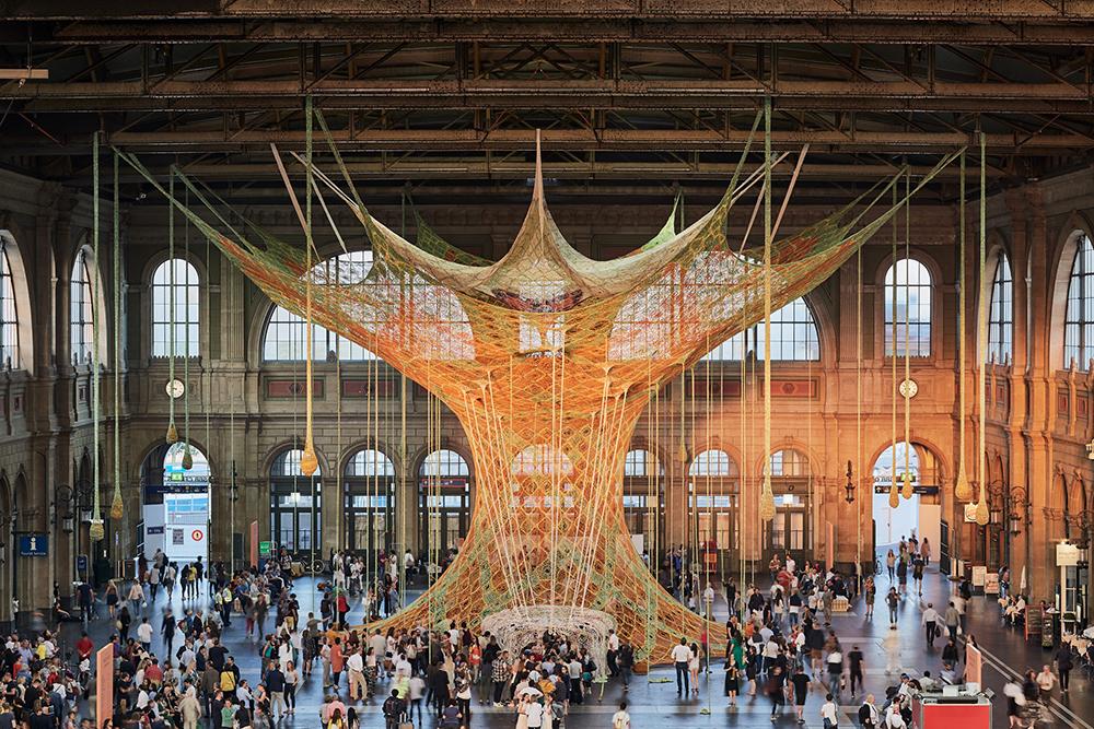 В Цюрихе на вокзале установили вязаное дерево для релакса.Вокруг Света. Украина