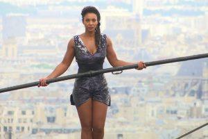 В Париже девушка прошлась по канату без страховки (видео)