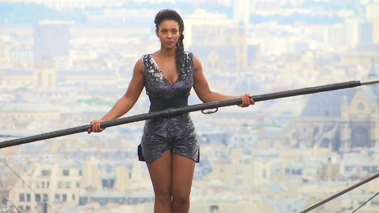 В Париже девушка прошлась по канату без страховки (видео).Вокруг Света. Украина