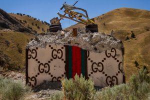 Chanel, Gucci, Prada: американский художник превратил бетонные стены в брендовые сумки