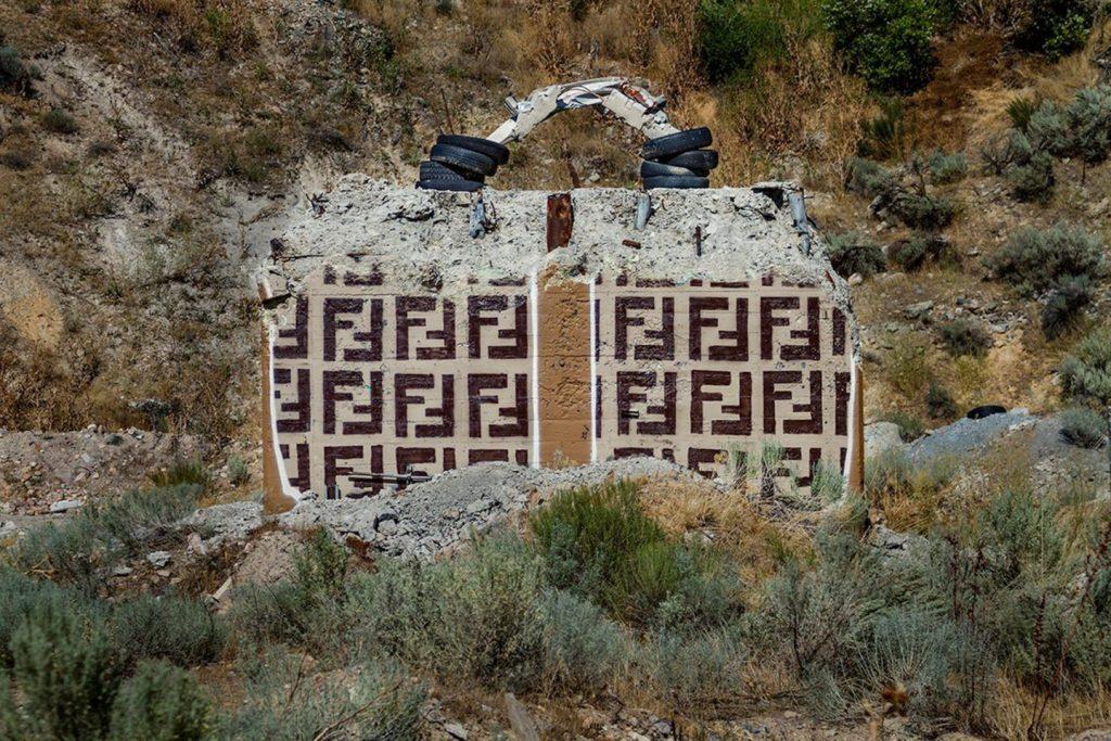 chanel, gucci, prada Chanel, Gucci, Prada: американский художник превратил бетонные стены в брендовые сумки ignant photography thrashbird valley of secret values 0010 1440x960 1024x683