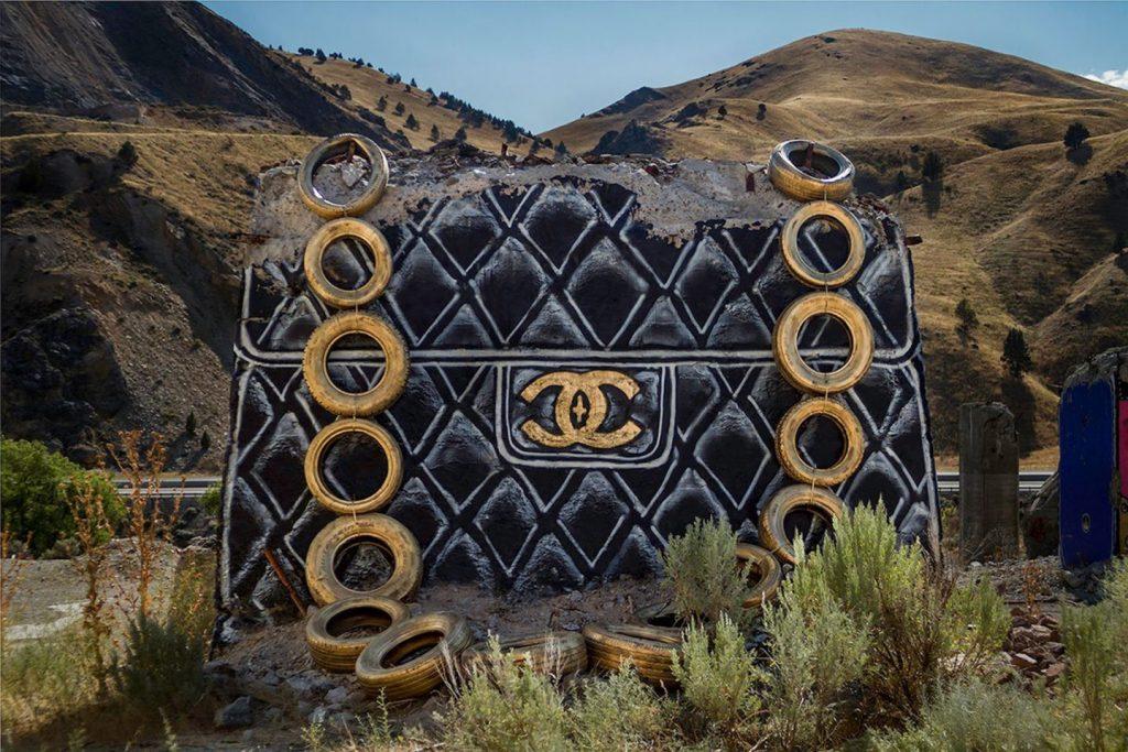 chanel, gucci, prada Chanel, Gucci, Prada: американский художник превратил бетонные стены в брендовые сумки ignant photography thrashbird valley of secret values 0011 1440x960 1024x683