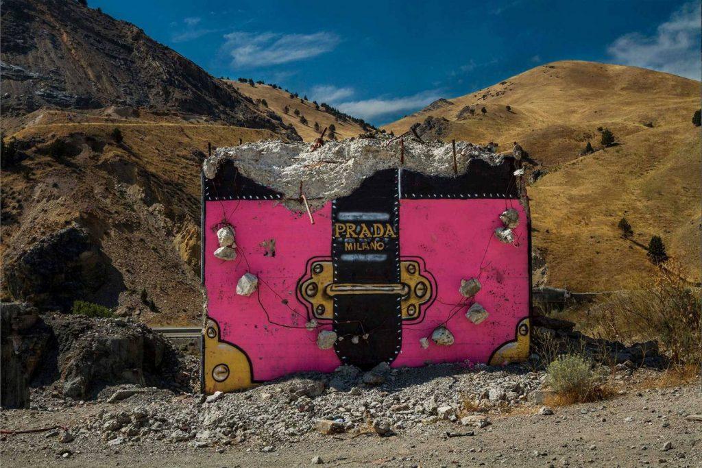 chanel, gucci, prada Chanel, Gucci, Prada: американский художник превратил бетонные стены в брендовые сумки ignant photography thrashbird valley of secret values 002 1440x960 1024x683