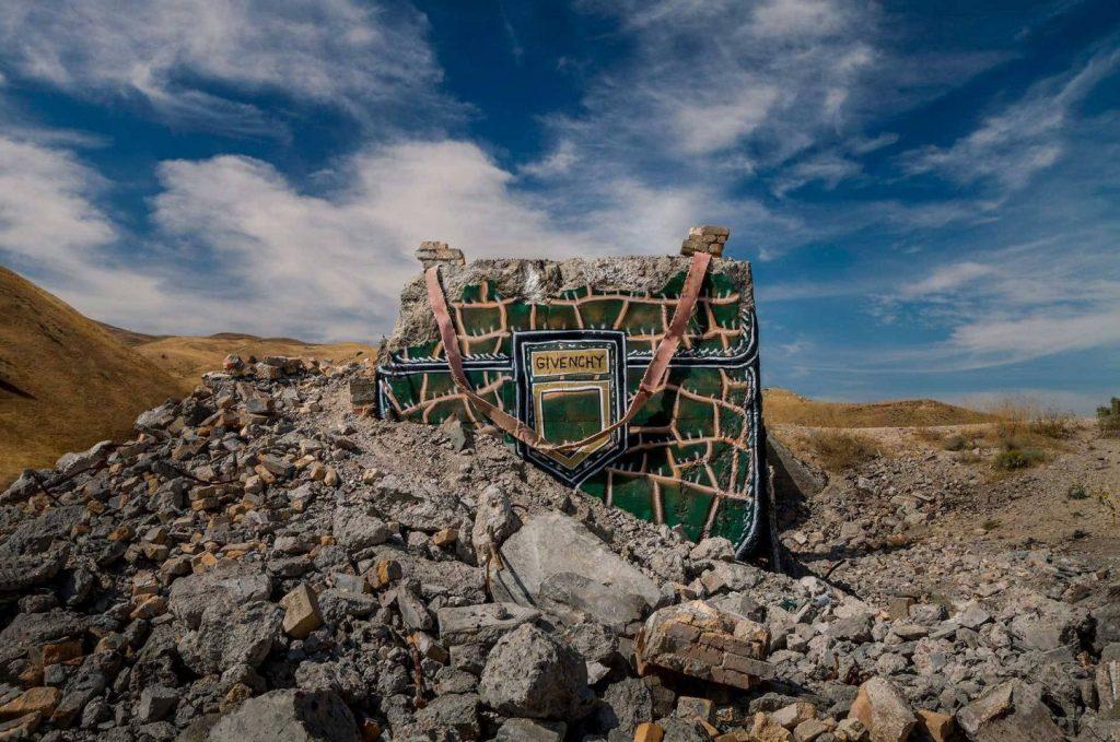 chanel, gucci, prada Chanel, Gucci, Prada: американский художник превратил бетонные стены в брендовые сумки ignant photography thrashbird valley of secret values 004 1440x955 1024x679