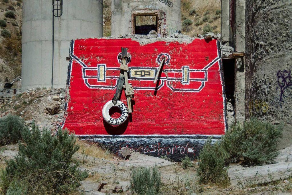 chanel, gucci, prada Chanel, Gucci, Prada: американский художник превратил бетонные стены в брендовые сумки ignant photography thrashbird valley of secret values 005 1440x960 1024x683
