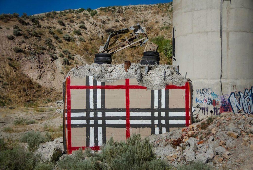chanel, gucci, prada Chanel, Gucci, Prada: американский художник превратил бетонные стены в брендовые сумки ignant photography thrashbird valley of secret values 007 1440x967 1024x688