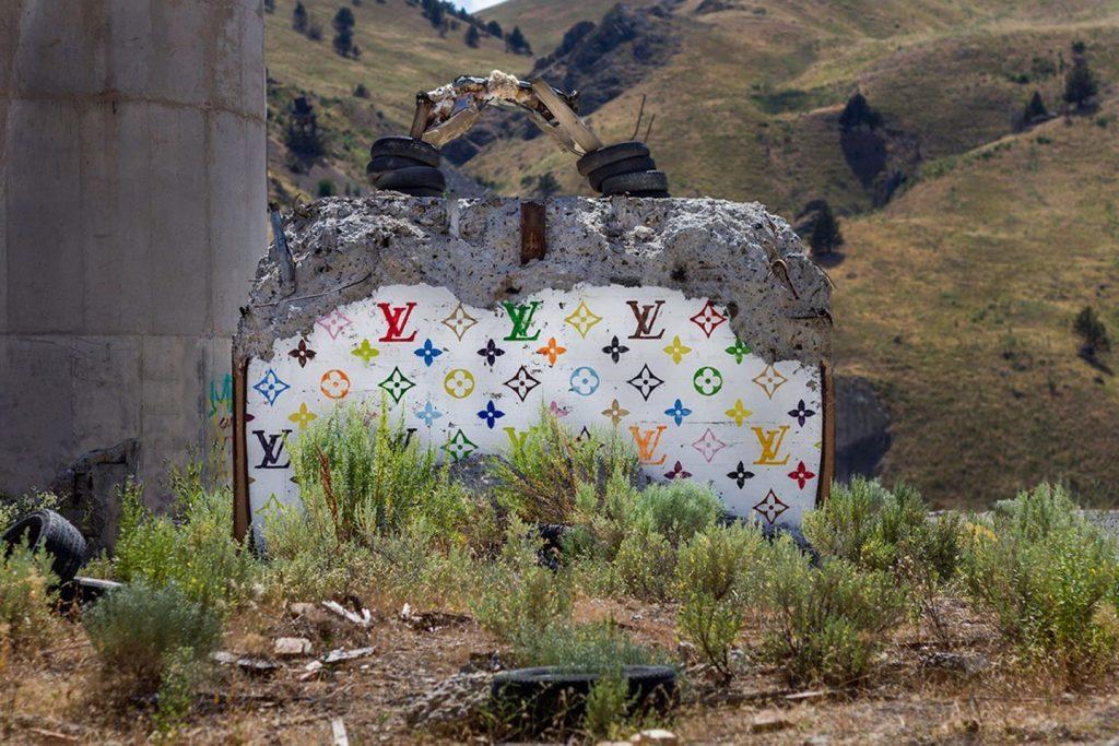 chanel, gucci, prada Chanel, Gucci, Prada: американский художник превратил бетонные стены в брендовые сумки ignant photography thrashbird valley of secret values 008 1440x960 1024x683