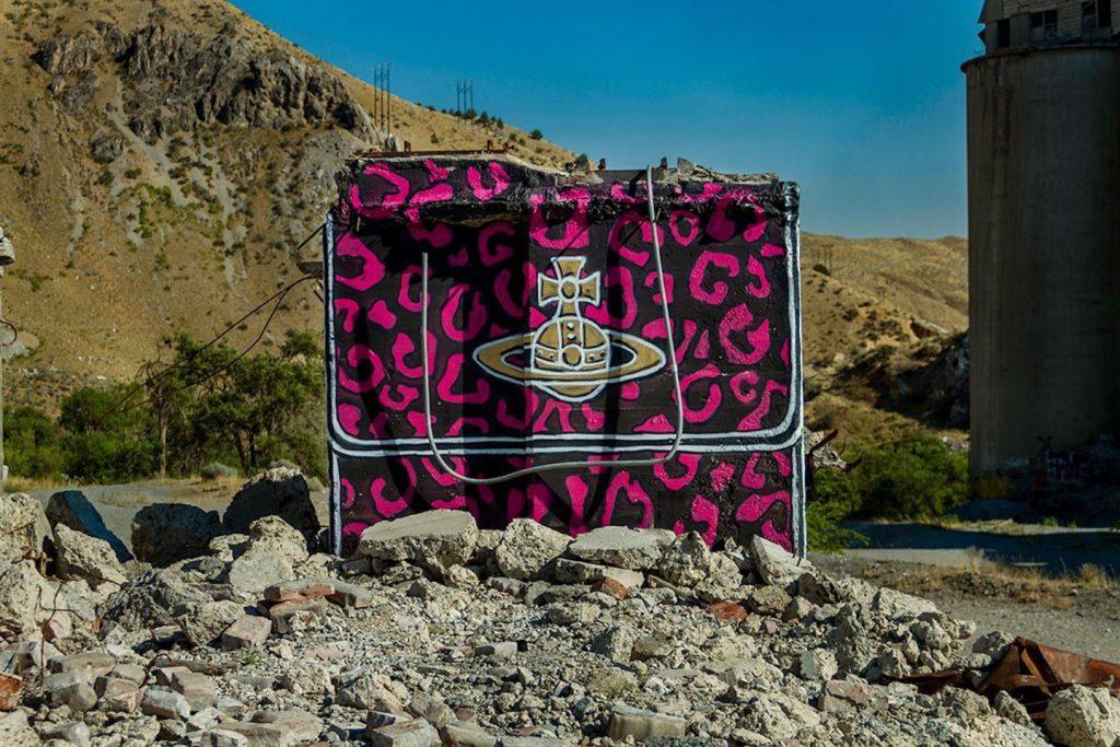 chanel, gucci, prada Chanel, Gucci, Prada: американский художник превратил бетонные стены в брендовые сумки ignant photography thrashbird valley of secret values 009 1440x960 1024x683