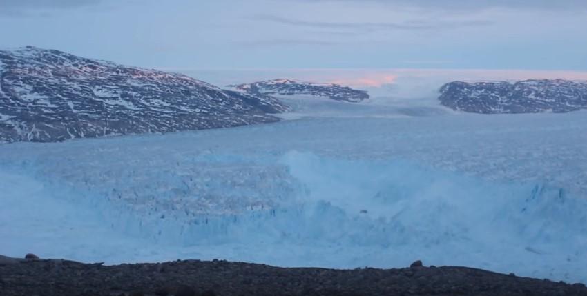 Разрушение ледника в Гренландии запечатлели на видео