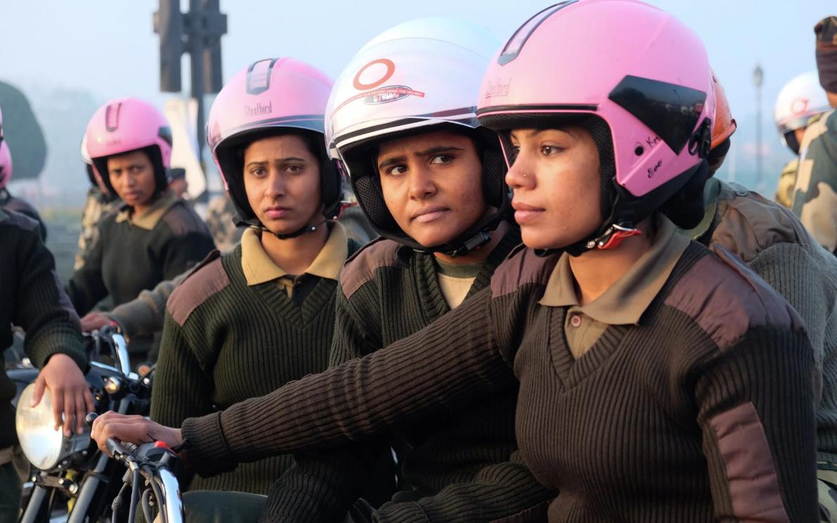 В розовых шлемах и на мотоциклах: в Нью-Дели появилась женская полиция