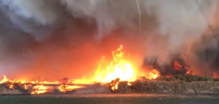 Редкое зрелище: огненный торнадо в США