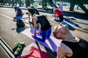 Йога над Дунаем: мост Будапешта на выходные превращается в спортзал