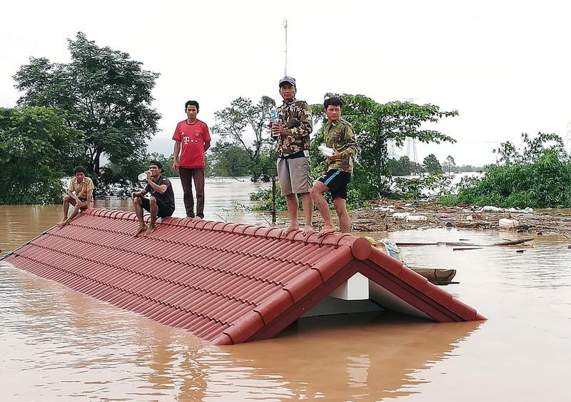 В Лаосе обрушилась дамба: сотни пропавших без вести, тысячи – без крова