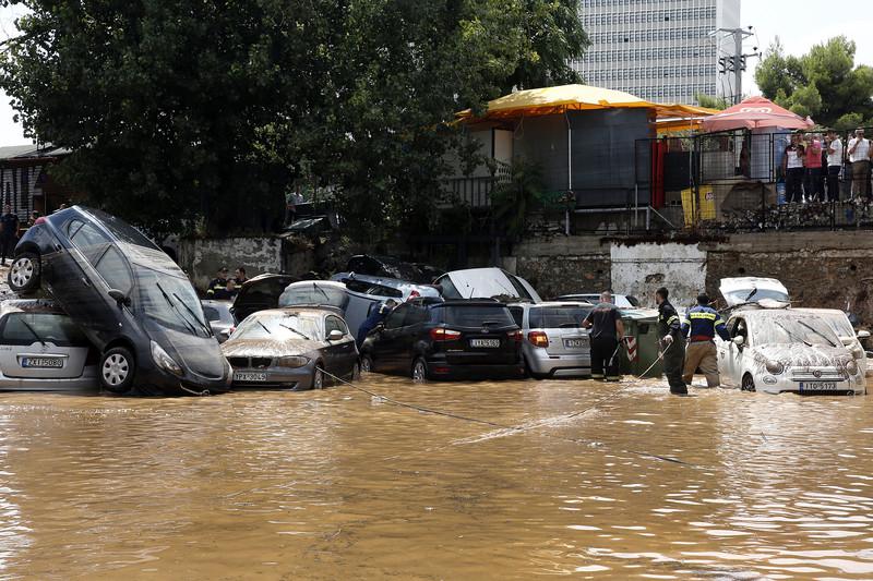После страшных пожаров Греция страдает от наводнения