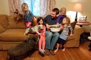 Отец прославился в Twitter репликами маленьких дочерей
