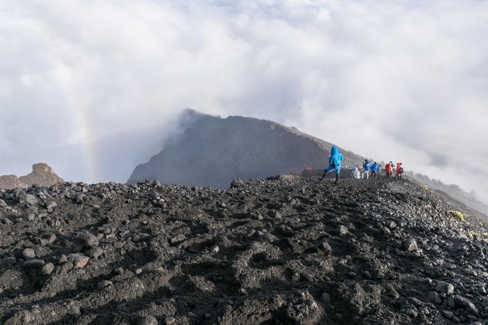Сотни туристов застряли на вулкане в Индонезии