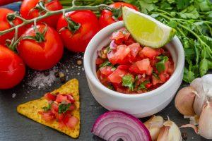Кухни мира: мексиканская сальса из свежих томатов