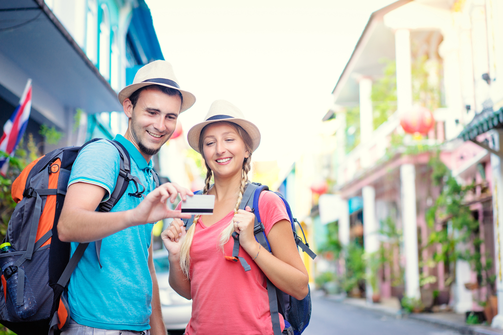 5 способов использовать банковскую карту в путешествии не только для платежей