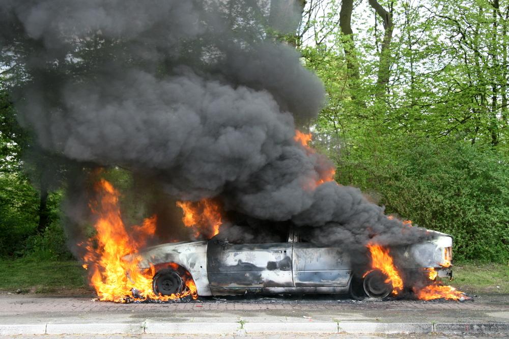 Китаец попытался задуть горящий автомобиль
