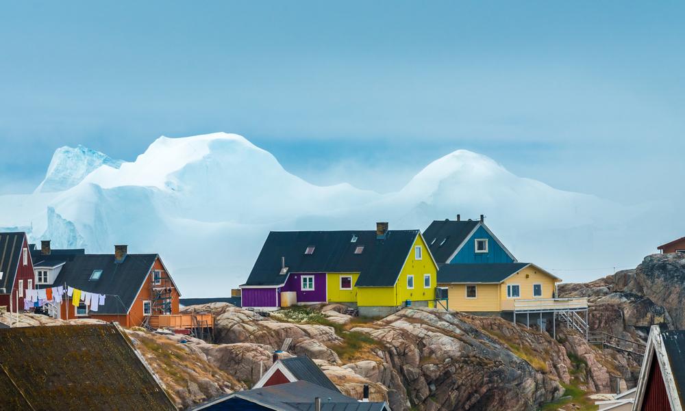 Деревню в Гренландии эвакуировали из-за айсберга (видео)