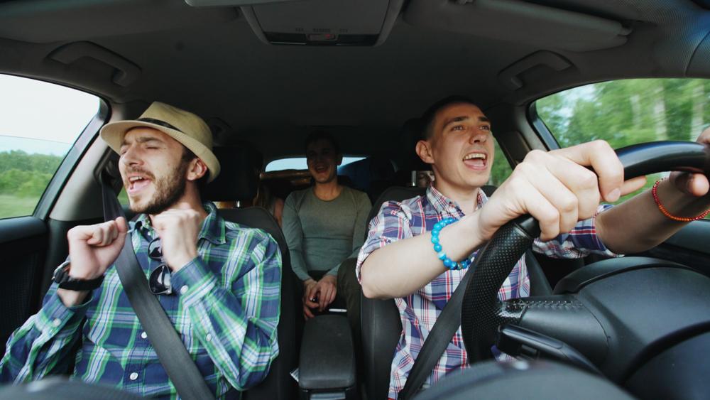 Не споешь, не поедешь: в Финляндии заработало такси-караоке
