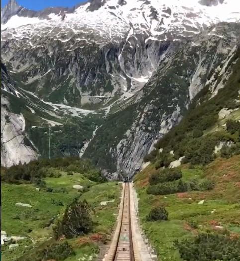 Спуск на фуникулере в швейцарских Альпах — видео